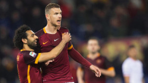 epa05174404 Roma's Edin Dzeko (R) celebrates with his teammate Mohamed Salah (L) after scoring the 1-0 lead during the Italian Serie A soccer match between AS Roma and US Palermo at Olimpico stadium in Rome, Italy, 21 February 2016. EPA/CLAUDIO PERI