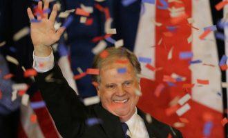 Velika pobjeda demokrate Jonesa  :  Ray Moore postao prvi republikanac u Alabami koji je izgubio izbore za Senat nakon 25 godina (Video)