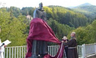 Poruka iz srca Bosne  : U Fojnici otkriven spomenik fra Anđelu Zvizdoviću s čuvenom Ahdnamom (VIDEO)